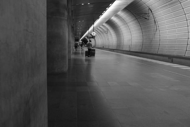 Dworzec kolejowy w kolorze białym