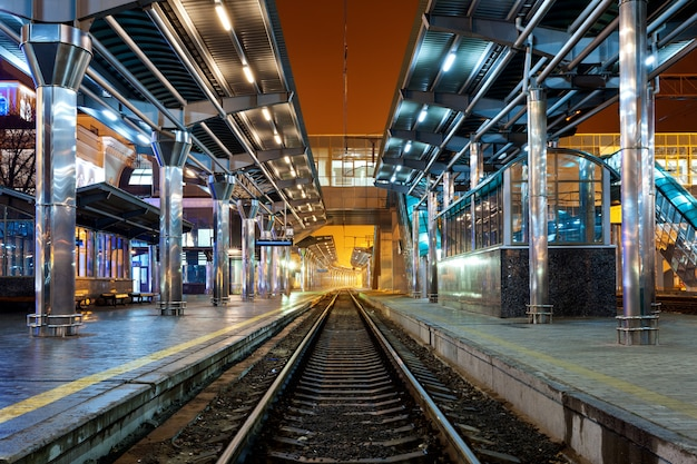 Dworzec kolejowy w nocy