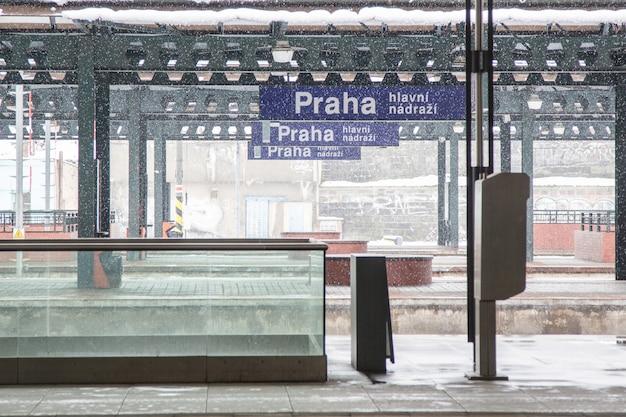 Dworzec kolejowy w pradze podczas opadów śniegu