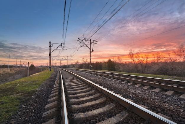 Dworzec kolejowy z pięknym niebem o zachodzie słońca