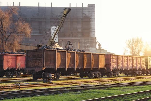 Dworzec kolejowy z wagonami towarowymi