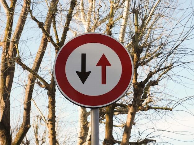 Dwukierunkowy znak drogowy