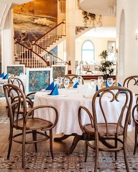 Dwukondygnacyjna sala restauracyjna z kremowymi ścianami