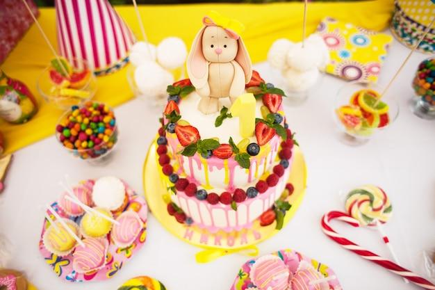 Dwukondygnacyjny tort na urodziny dzieci z zającem