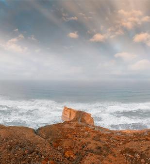 Dwunastu apostołów o wschodzie słońca, victoria, australia. panoramiczny widok z lotu ptaka w pochmurny poranek.