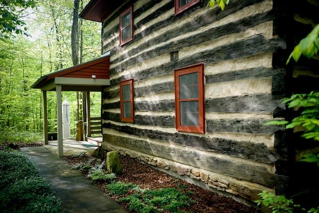 Dwupiętrowy dom zbudowany w lesie