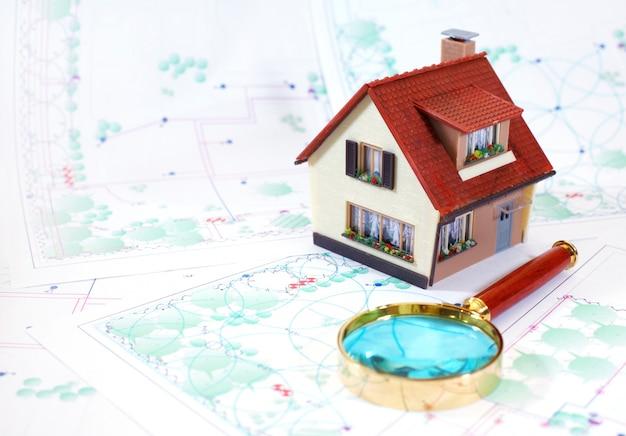 Dwupiętrowy mały dom.