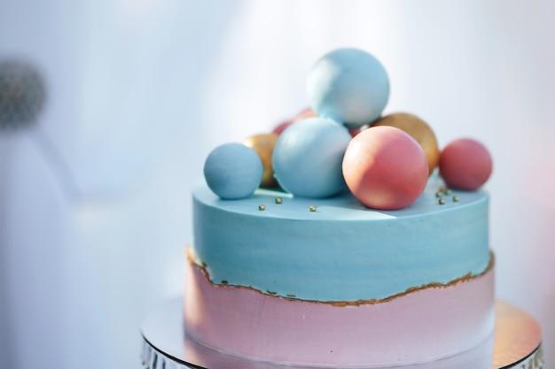 Dwupoziomowe ciasto z kulkami słodkich cukierków