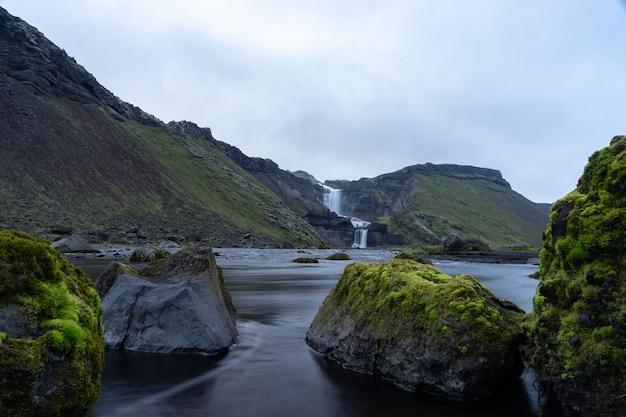 Dwupoziomowy wodospad ofaerufoss w kanionie eldgja w środkowej islandii