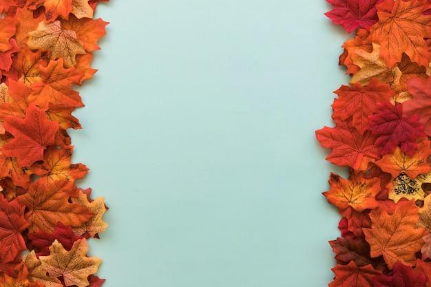 Dwustronne płaskie układanie jesiennych liści