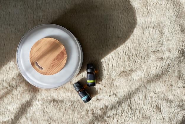 Dyfuzor aromaterapeutyczny z butelkami olejów.