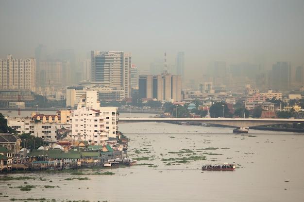 Dym i zanieczyszczenie zamglenie obejmuje bangkok miasta tajlandii na wieczór