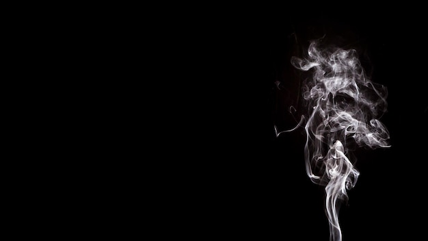 Dym kształtuje ruch na czarnym tle z miejsca kopiowania do pisania tekstu