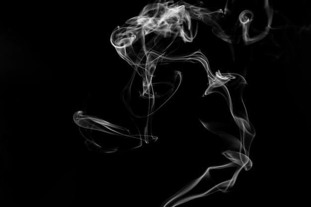 Dym na czarnym tle