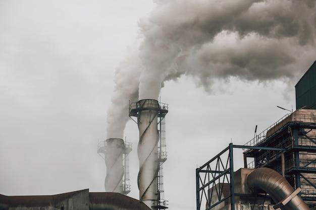 Dym pochodzący z odpadów przemysłowych, ale przy użyciu nowej technologii do oczyszczenia go przed rozproszeniem