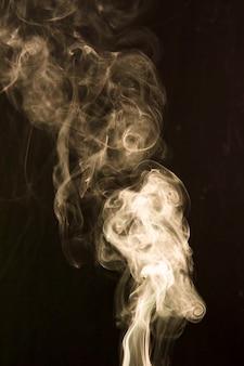 Dym rozprzestrzenia się szeroko na ciemnym tle