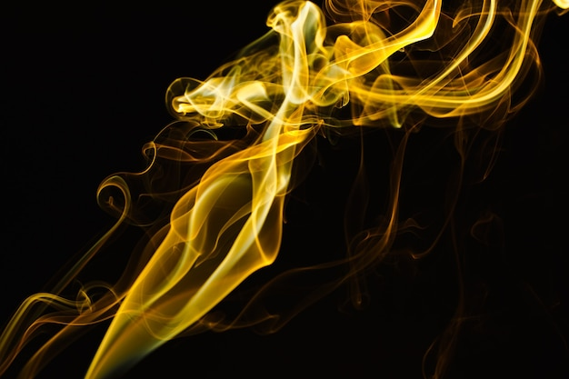 Dym unoszący się w powietrzu na ciemnym tle
