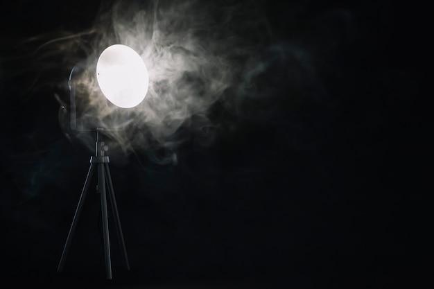 Dym w pobliżu lampy