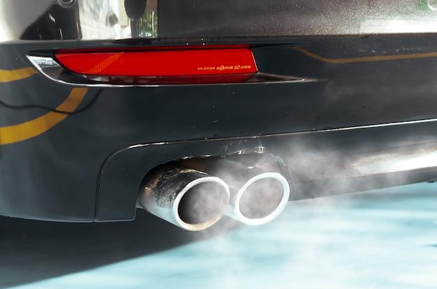 Dym wydechowy samochodu