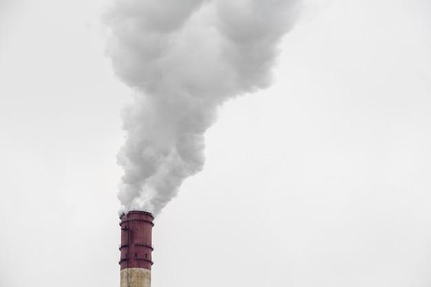 Dym z dużej rury przemysłowej