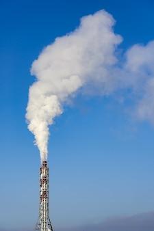 Dym z komina na tle błękitnego nieba