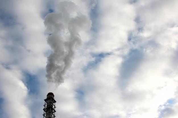 Dym z komina przedsiębiorstwa przemysłowego na niebie