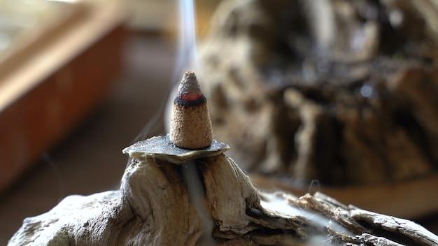 Dym ze spalania aromatycznego kadzidła