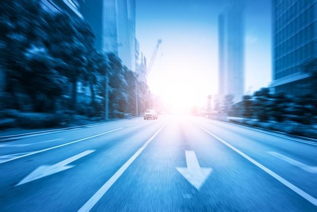 Dynamiczna, niewyraźna autostrada miejska w stylu niebieskim