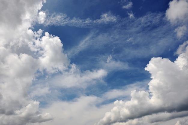 Dynamiczne niebo z chmurami