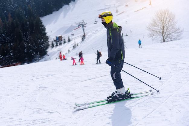 Dynamiczny obraz narciarza na stoku