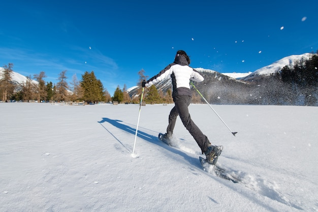 Dynamiczny spacer w rakietach śnieżnych w rozległym śniegu