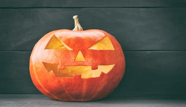 Dynia halloween świeci w ciemności