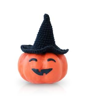 Dynia halloween w czarnym kapeluszu z śmieszną twarzą na białym tle