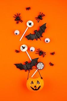 Dynia halloween z obiektami na halloween, nietoperzami, pająkami i smakołykami