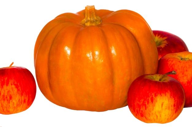 Dynia i jabłka na białym tle.