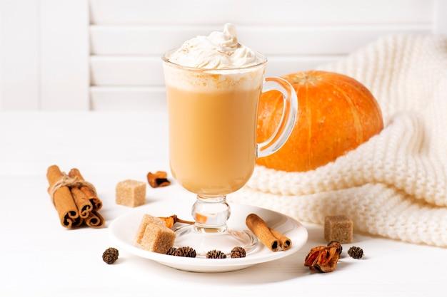 Dynia latte na białym drewnianym oknie z żaluzjami