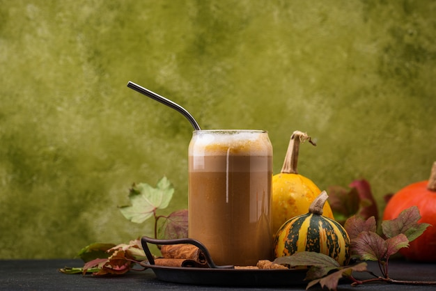 Dynia latte w szklance. tradycyjny gorący napój jesienny