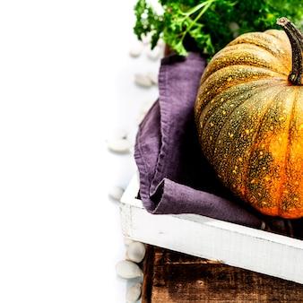 Dynia na starym drewnianym stole - koncepcja gotowania jesień lub wegetariańskie