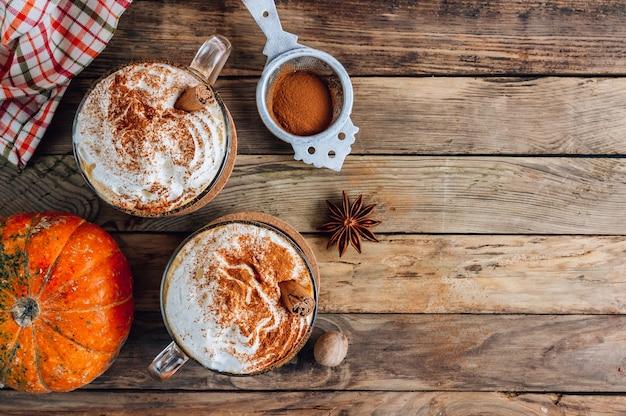 Dynia przyprawiona latte na vintage stole