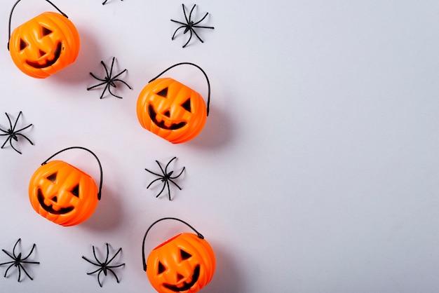 Dynia z twarzą i pająkami na szaro.