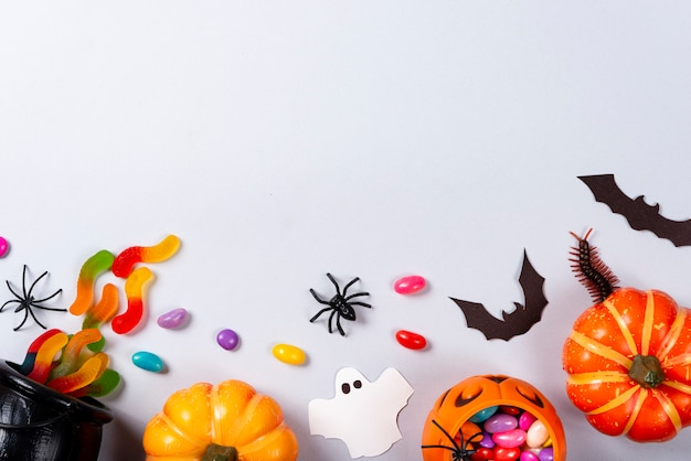 Dynie, cukierki, duchy, pająki, nietoperze i stonoga na szaro.