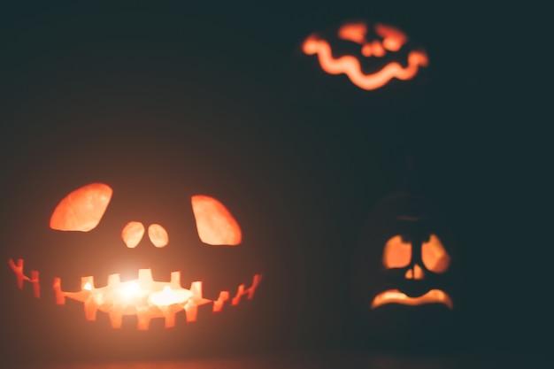 Dynie duchów na halloween. ead jack na ciemnym tle. świąteczne dekoracje wnętrz