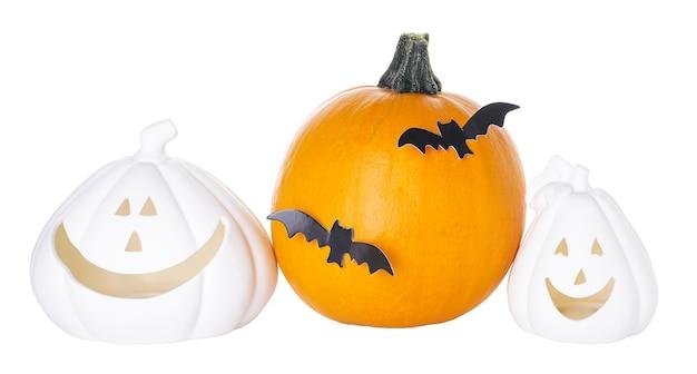 Dynie halloween i izolacji nietoperzy na białym tle. dekoracje na halloween.
