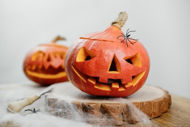 Dynie halloween na stole z pajęczyną