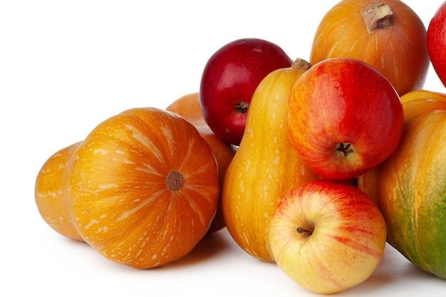 Dynie i czerwone jabłka na białym tle