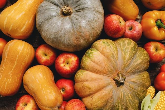 Dynie i czerwone jabłka na drewniane tła grunge
