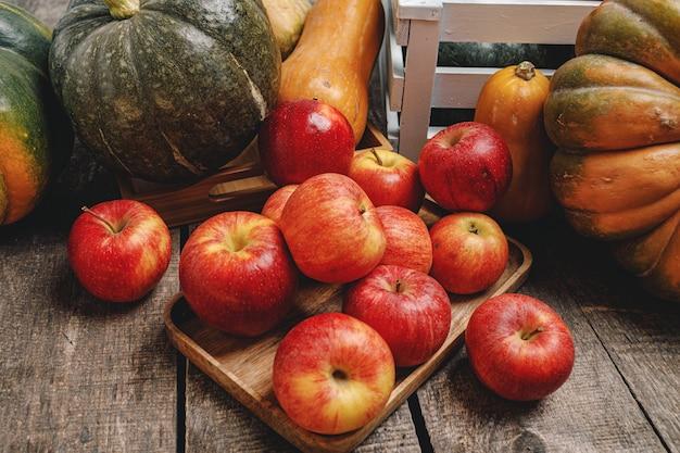 Dynie i czerwone jabłka