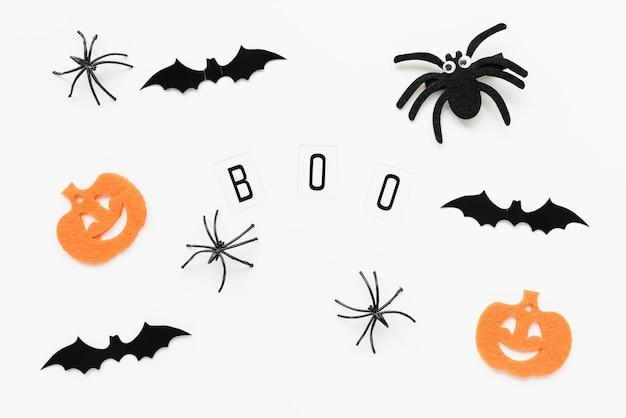 Dynie pająki nietoperze i tekst boo na białym tle halloween płaski układ wakacyjny koncepcja