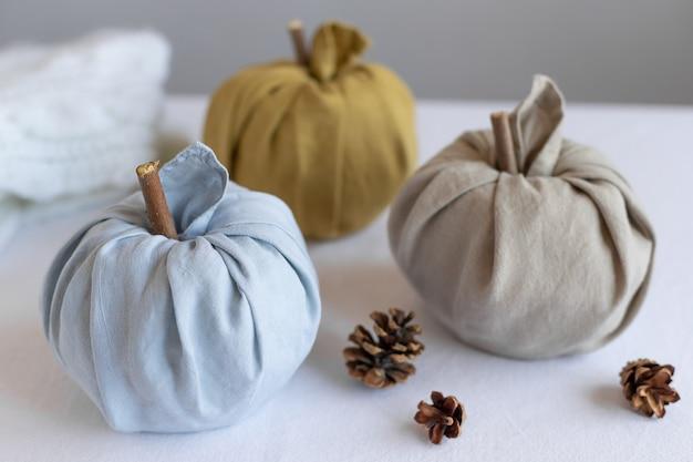 Dynie z tkaniny lnianej na święto dziękczynienia i dekoracje na halloween koncepcja hygge