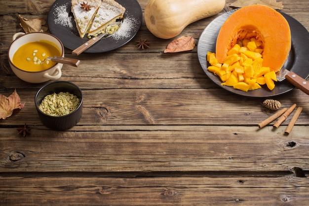 Dyniowi naczynia na drewnianym tle